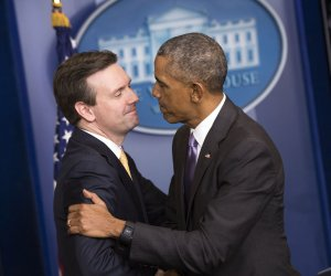 President Obama surprises Josh Earnest during final White House press briefing