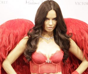 47 celebrities posing next to their wax figures