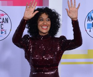 "<img src=""/img/camera.png"" style=""padding: 5px 5px 0 0; display: inline;"">Host Tracee Ellis Ross, honoree Diana Ross walk the red carpet at the AMAs"