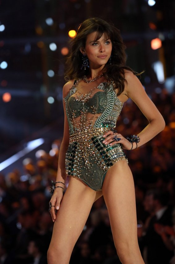 Center stage at the victoria 39 s secret fashion show in for Show a paris