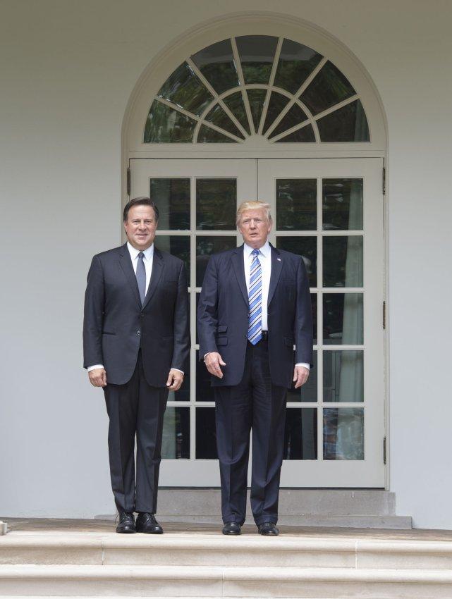 ¿Cuánto mide Donald Trump? - Estatura real y peso - Real height and weight - Página 6 President-Donald-Trump-meets-with-Panamas-President-Juan-Carlos-Varela_3_1