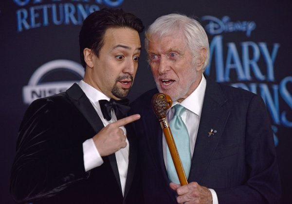 Lin Manuel Miranda Dick Van Dyke Attend Mary Poppins Returns World Premiere All Photos Upi Com