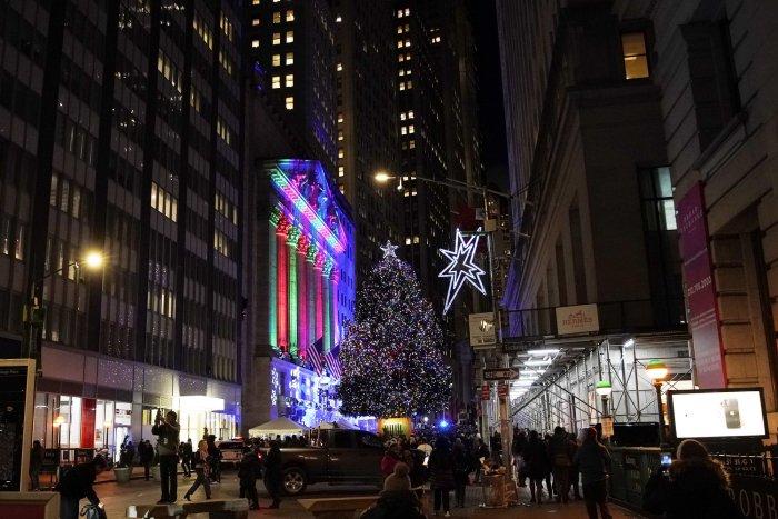 In Photos: 2019 NYSE Christmas tree lighting - All Photos - UPI.com