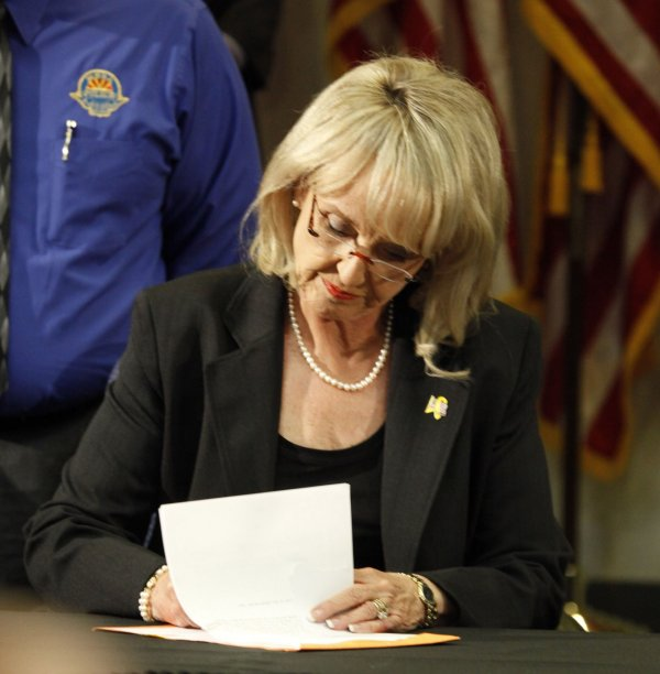 Arizona Governor Jan Brewer signs imigration bill in Phoenix