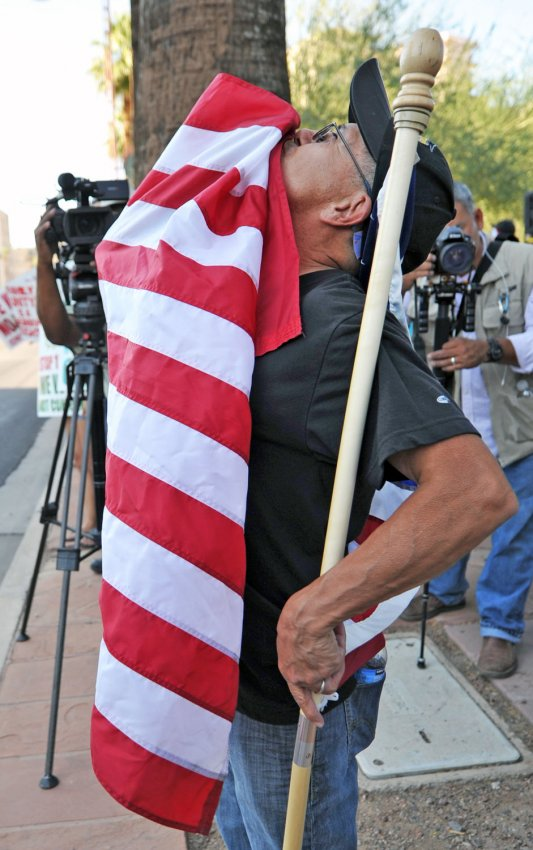 Man kisses flag in Arizona