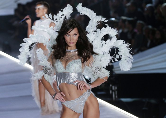 In Photos Bella And Gigi Hadid Adriana Lima Walk Runway At
