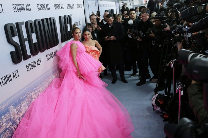 Jennifer Lopez Hilariously Imitates Best Friend Leah Remini on 'Late Late Show'!