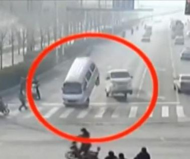 Carros que parecían levitar en China fueron levantados por un cable atorado