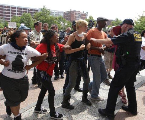 Actuación policial empeoró la situación en Ferguson, Missouri, indica un informe