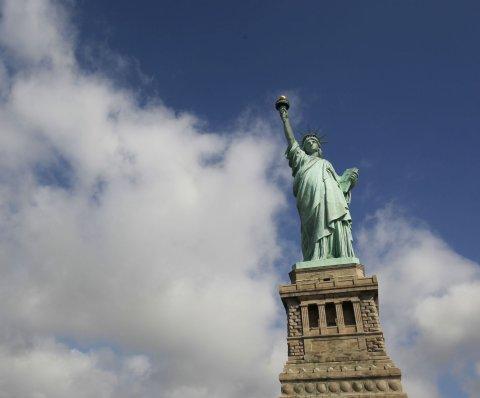 Evacúan la Estatua de la Libertad por amenaza de bomba