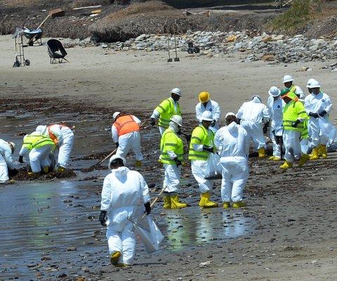 Cierran playas cerca de Los Ángeles por rastros de petróleo en la costa