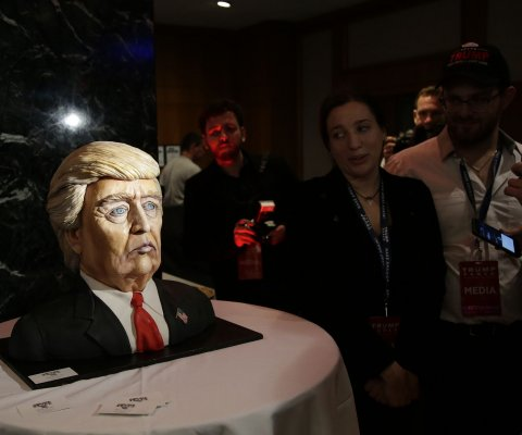 Manhattan celebra la victoria de Trump con una torta en forma de su cara