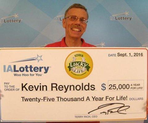 Hombre de Iowa gana lotería de $25.000 al año por resto de su vida