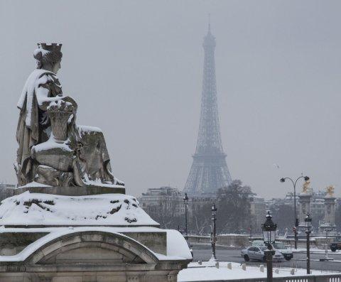 Detienen a tres periodistas por controlar un drone en París