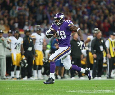 Adrian Peterson gana demanda contra la NFL