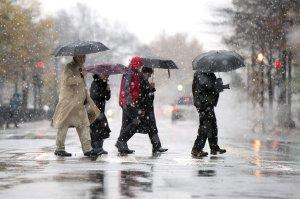 Tempestad pisotea a viajeros y deja miles de personas sin energía
