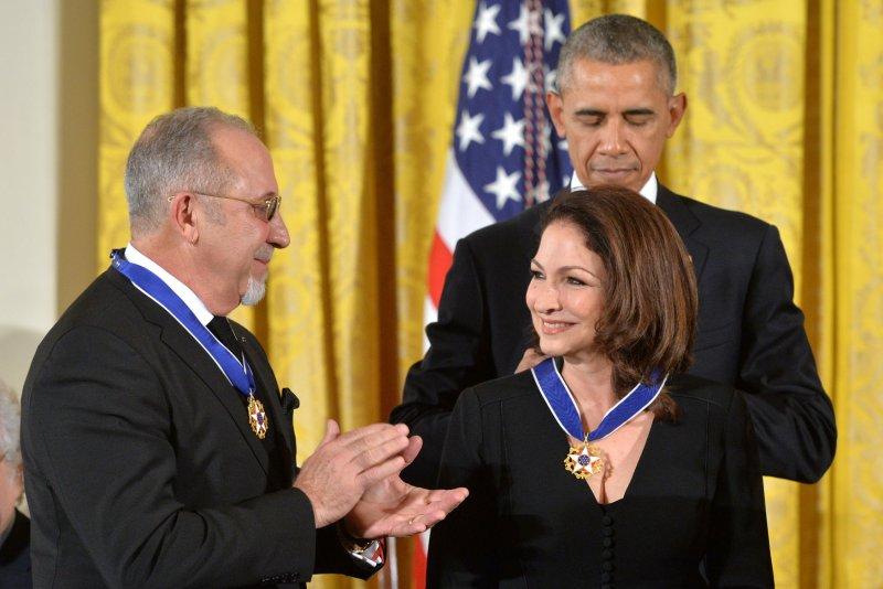 El Presidente Obama con Gloria y Emilio Estefan (Foto de Kevin Dietsch/UPI)