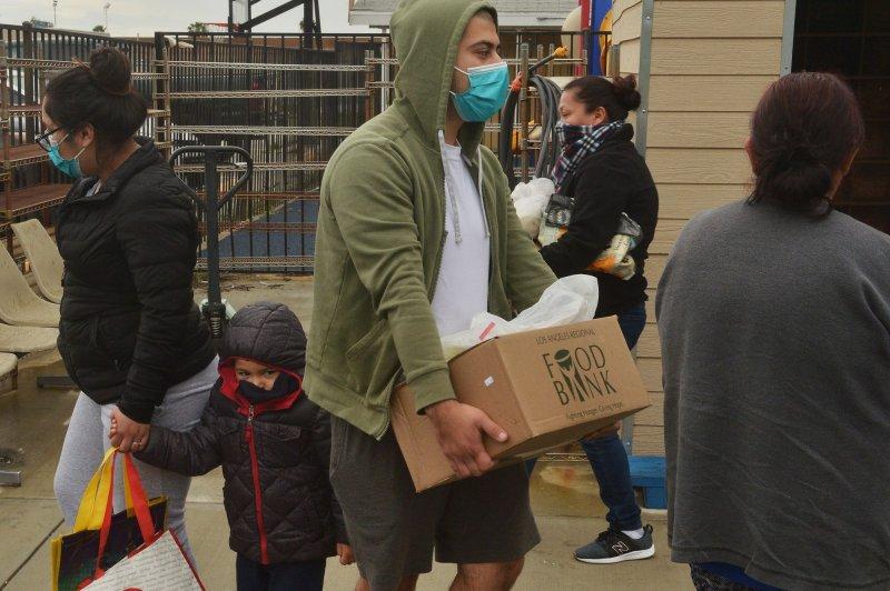 Comidas vegetarianas calientes gratuitas se distribuyen al público en la Fundación Khalsa Care en medio de la pandemia de coronavirus en Los Ángeles, el viernes. Foto de Jim Ruymen / UPI