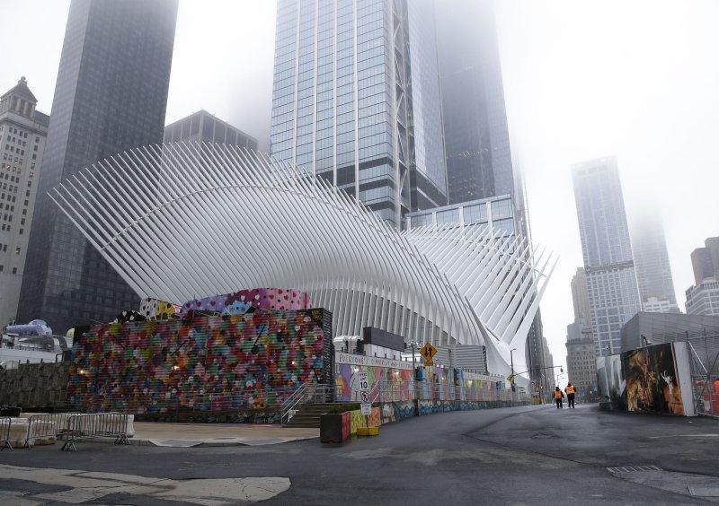 El tráfico de peatones y automóviles alrededor del World Trade Center Transportation Oculus Hub permaneció casi inexistente en la ciudad de Nueva York el domingo. Foto de John Angelillo / UPI