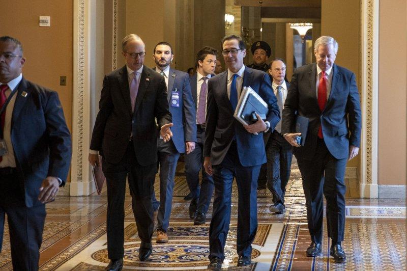 El Director de Asuntos Legislativos de la Casa Blanca, Eric Ueland (L), el Secretario del Tesoro Steven Mnuchin (C) y el Jefe de Gabinete Interino Mark Meadows (R) caminan desde una reunión con el líder de la mayoría del Senado Mitch McConnell en Capitol Hill en Washington, D.C., el martes. Foto de Tasos Katopodis / UPI