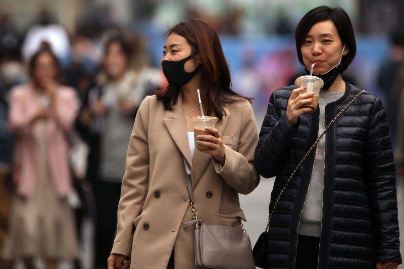 Mujeres en Beijing, China, usan máscaras protectoras en las calles el domingo. La capital china está volviendo lentamente a la normalidad después de una fuerte disminución en el número de nuevos casos de coronavirus. Foto de Stephen Shaver / UPI