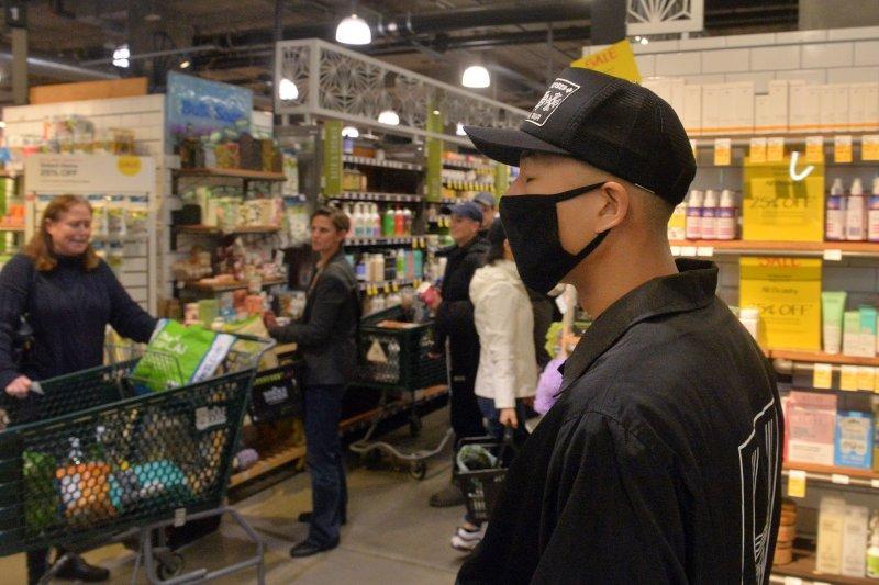 Los compradores recogen víveres y suministros el 13 de marzo en Whole Foods Market en el centro de Los Ángeles, California; Foto de Jim Ruymen / UPI