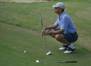 President Obama play golf on Hawaiian vacation