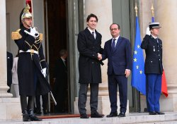 Trudeau Meets Hollande for Security and Climate Talks in Paris
