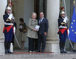 Hillary Clinton in Paris to meet with French President Hollande