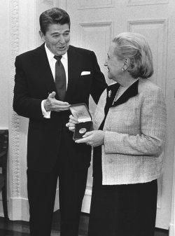Presdeitn Reagan present a posthumous Congressional medal for Harry S. Truman to his daughter Margaret Truman Daniel