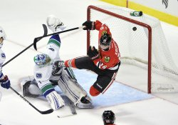 Blackhawks Kruger scores on Canucks Luongo in Chicago