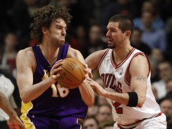 Lakers' Gasol drives on Bulls' Miller in Chiago