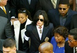 MICHAEL JACKSON AND FAMILY MEMBERS DEPART SANTA MARIA COURTHOUSE
