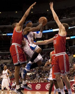 Los Angeles Clippers' Mo Williams shoots between Milwaukee Bucks Tobias Harris (L) and Jon Leuer in Los Angeles