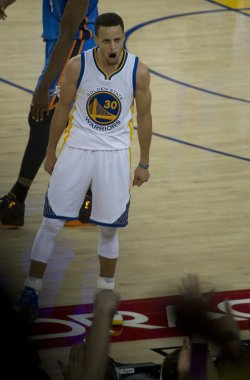 Golden State Warriors Stephen Curry scores in win