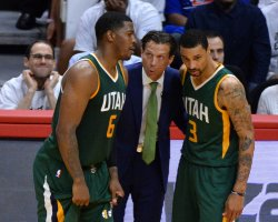 Jazz head coach Quin Snyder speaks to Joe Johnson (6) and George Hill in Los Angeles