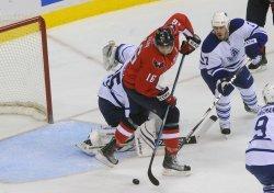 Capitals Fehr scores a goal against Maple Leafs in Washington