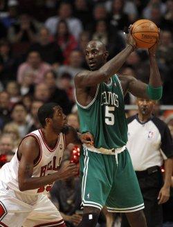 Celtics' Garnett posts on Bulls' Salmons in Chicago