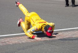 Hunter-Reay kisses the bricks after win