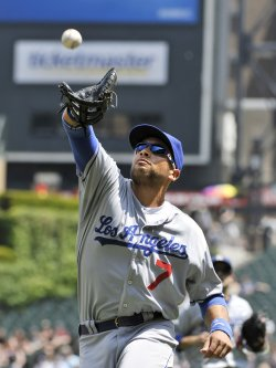 Dodgers Loney catches pop fly against White Sox in Chicago