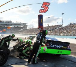 Martin gets tires and fuel during the Kobalt Tools 500 in Arizona.