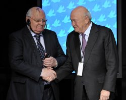 Gorbachev and de Klerk shake hands at Peace Summit in Chicago