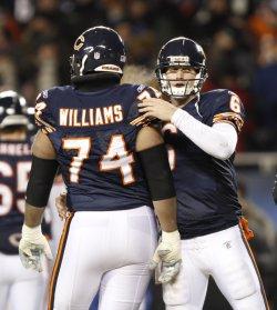 Bears' Cutler hugs Williams against Vikings in Chicago