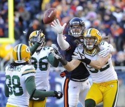 Packers Collins, Matthews and Bears Olsen go for pass in Chicago