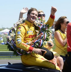 Hunter-Reay and wife take victory lap
