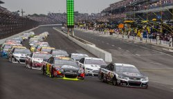 The field comes into turn one at the Brickyard 400