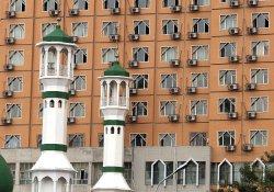 Mosque sits next to housing in Urumqi