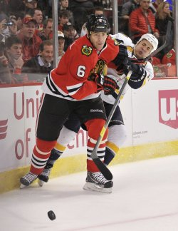 Blackhawks O'Donnell pushes Predators Yip in Chicago