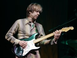 ERIC JOHNSON PERFORMS IN CONCERT