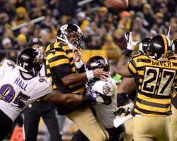 Steelers Bryon Leftwich Completes Pass to Jonathan Dwyer in Pittsburgh
